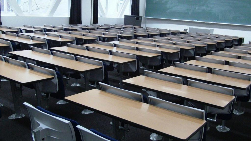 Od dziś do szkoły udają się tylko uczniowie najmłodszych klas. Starsi uczą się zdalnie - Zdjęcie główne