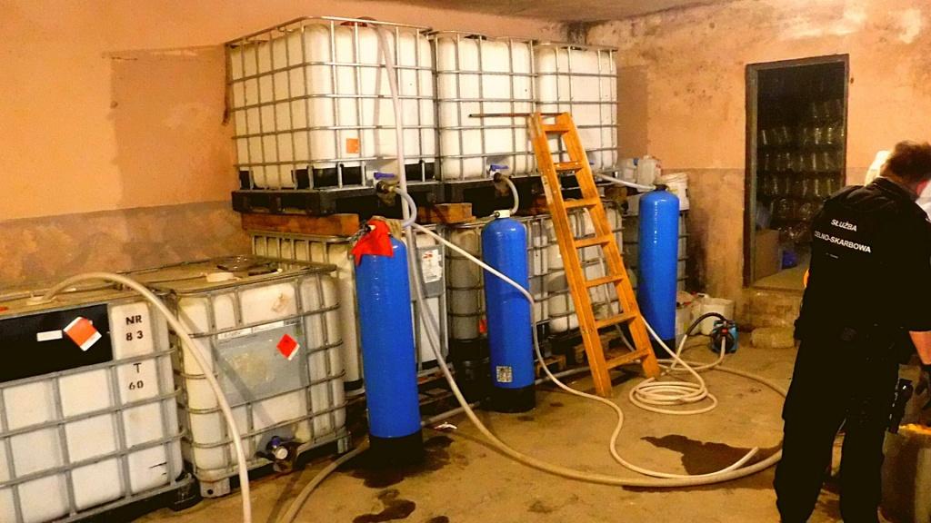 Nielegalna fabryka alkoholu zlikwidowana. Przejęto blisko 400 l spirytusu i linię produkcyjną [ZDJĘCIA] - Zdjęcie główne