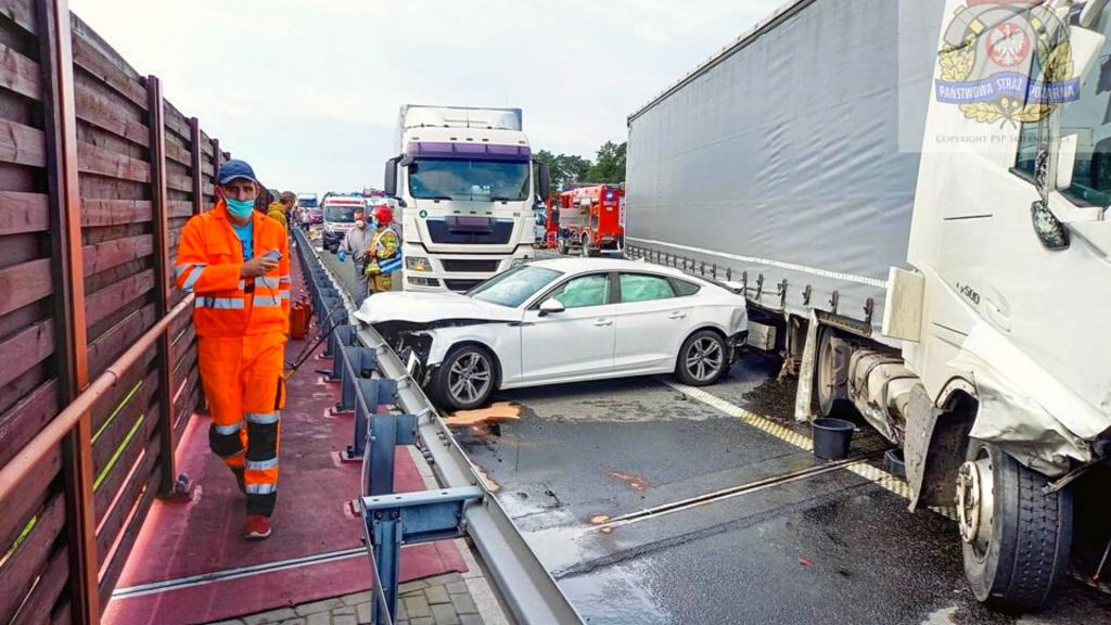 Uwaga! Karambol na autostradzie A2. Lądował śmigłowiec LPR. Dwie osoby z ciężkimi obrażeniami [ZDJĘCIA] - Zdjęcie główne