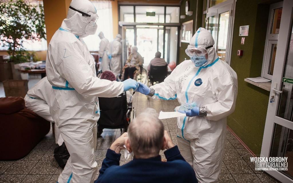 Powiększa się ognisko koronawirusa w łódzkim DPS-ie: 78 osób zakażonych. W szkołach kilkanaście nowych przypadków [RAPORT] - Zdjęcie główne