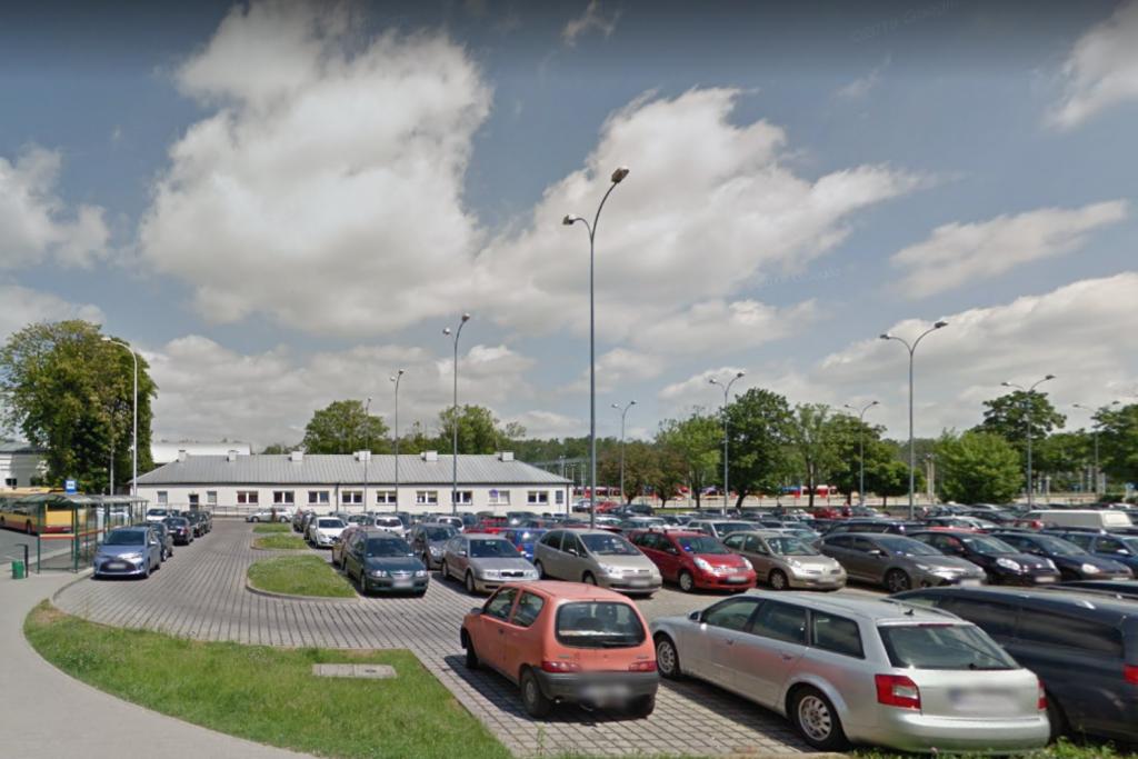 Oblegany parking przy dworcu Łódź Widzew. Kierowcy znaleźli alternatywę dla Łodzi Fabrycznej - Zdjęcie główne