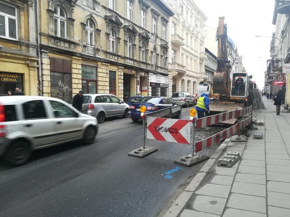 Centrum Łodzi sparaliżowane robotami drogowymi – kierowcy narzekają na przedłużające się remonty [ZOBACZ] - Zdjęcie główne