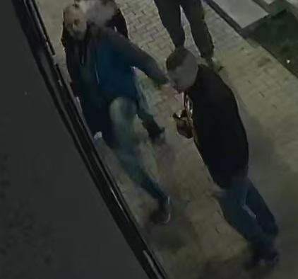 Pobili mężczyznę na ul. Rzgowskiej w Łodzi. Rozpoznajesz? Poszukuje ich policja [ZDJĘCIA] - Zdjęcie główne