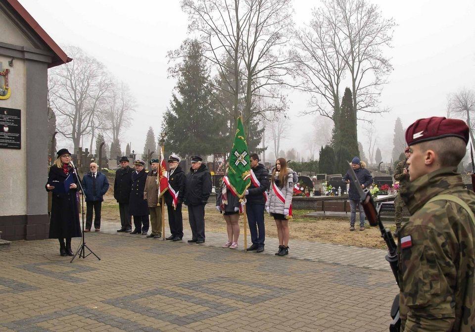 Warta honorowa przy grobach powstańców wielkopolskich na cmentarzu św. Jerzego w Łodzi   - Zdjęcie główne