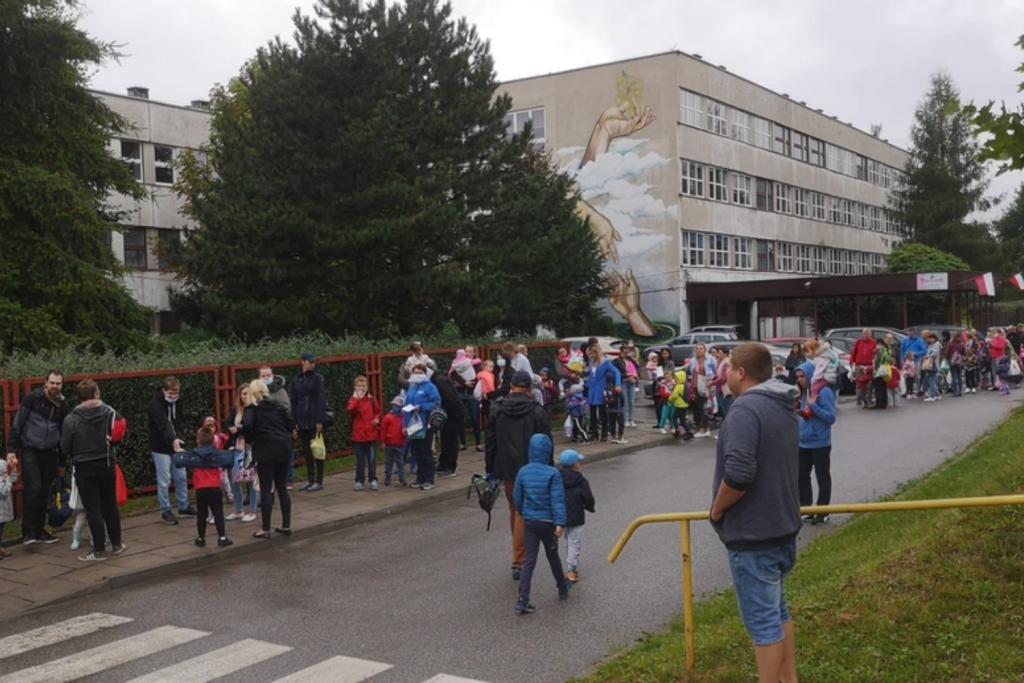 Ogromne kolejki do przedszkoli – niektórzy czekali nawet dwie godziny - Zdjęcie główne