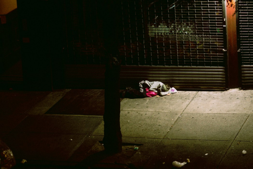 Jak bezdomni radzą sobie z pandemią? Niektóre schroniska nie przyjmują bez testu na koronawirusa - Zdjęcie główne