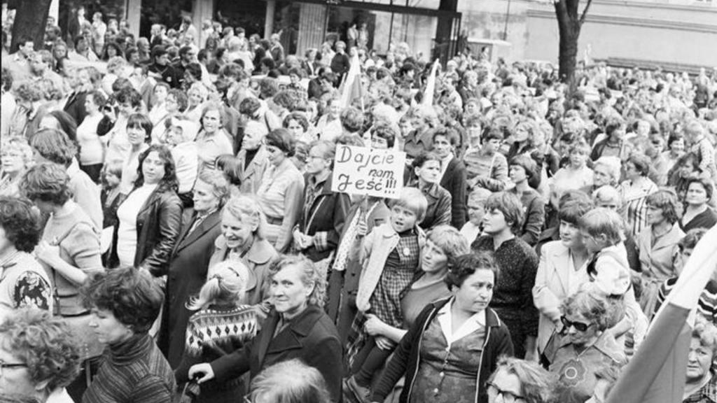 """""""Jak zjeść kartkę nożem i widelcem?"""" Dziś 39. rocznica marszu głodowego kobiet w Łodzi [ZDJĘCIA] - Zdjęcie główne"""