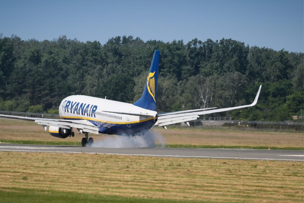 Aż 30 krajów ogłosiło zakaz lotów do Polski. Wśród nich m.in. USA, Francja i Hiszpania - Zdjęcie główne