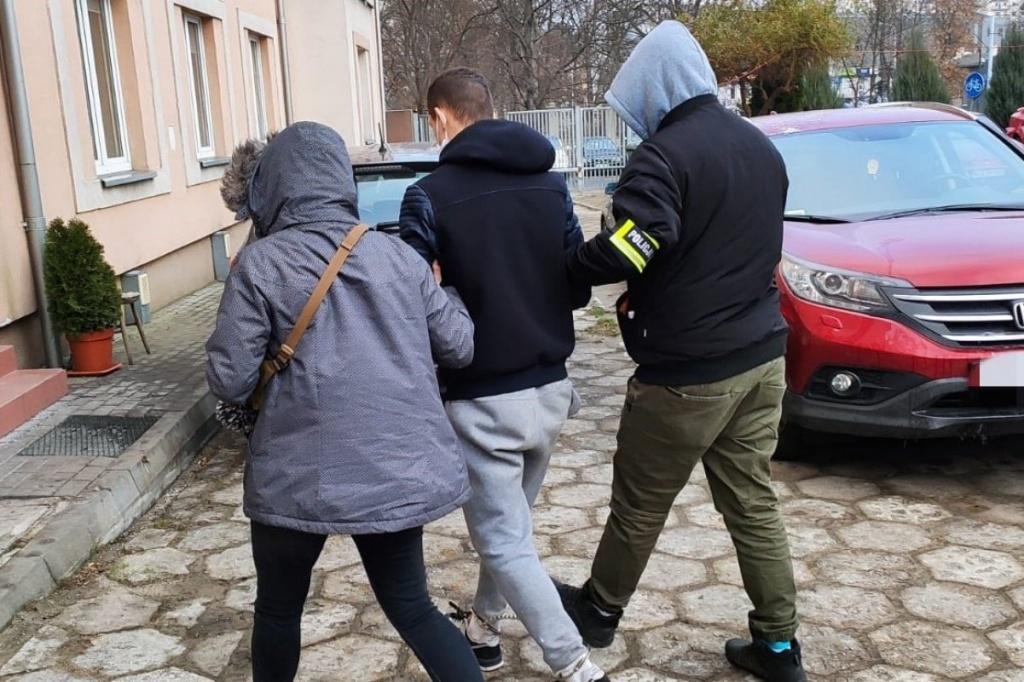 80-letnia kobieta wracała do mieszkania na Teofilowie z wypłaconą emeryturą. Wtedy została napadnięta i okradziona - Zdjęcie główne