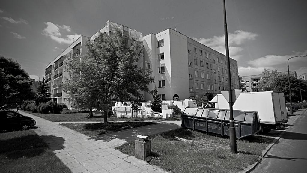 Strażacy znaleźli zwęglone zwłoki mężczyzny. Akcja ratowniczo-gaśnicza na Olechowie w Łodzi - Zdjęcie główne