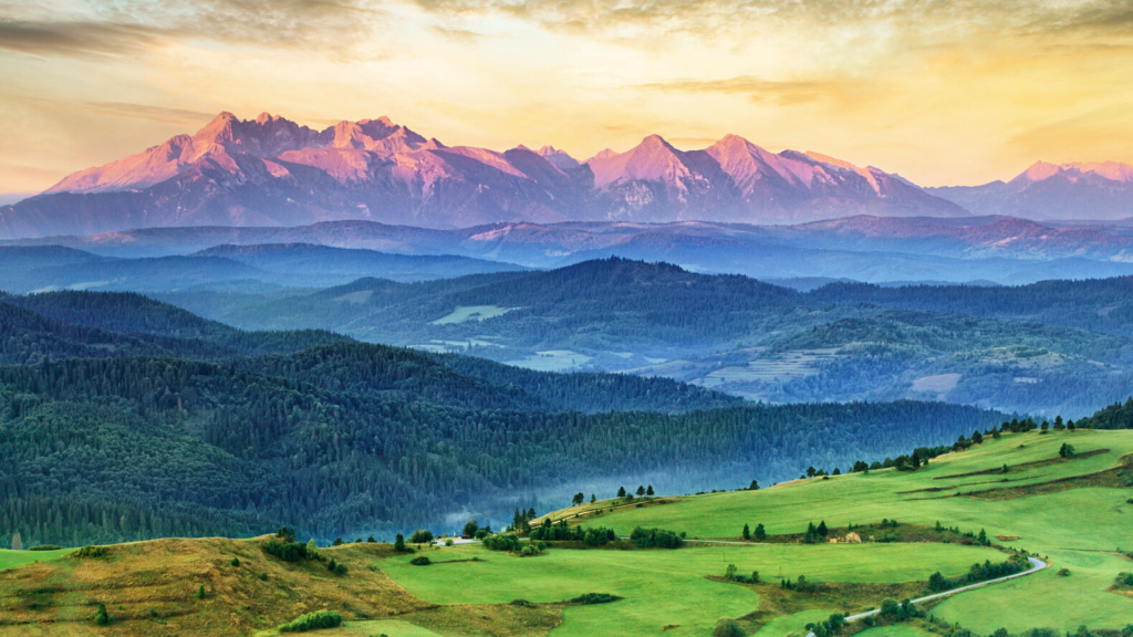 Morze, góry, mazury - pomysłów na wakacje w Polsce jest wiele. Warto wybrać miejsca mniej znane - Zdjęcie główne