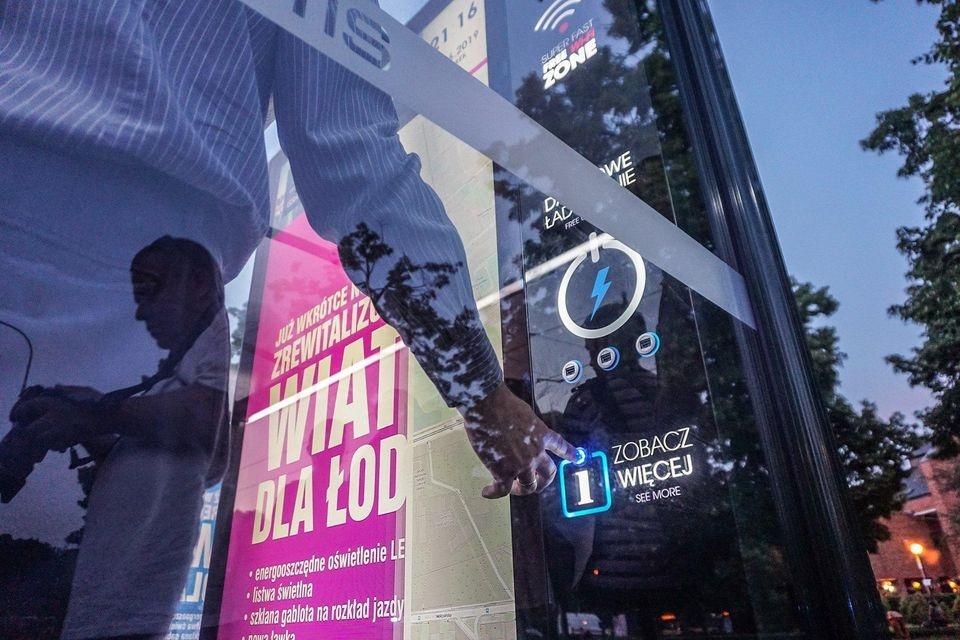 Już są! Kolejne nowoczesne przystanki w Łodzi, na których naładujesz swój smartfon  - Zdjęcie główne