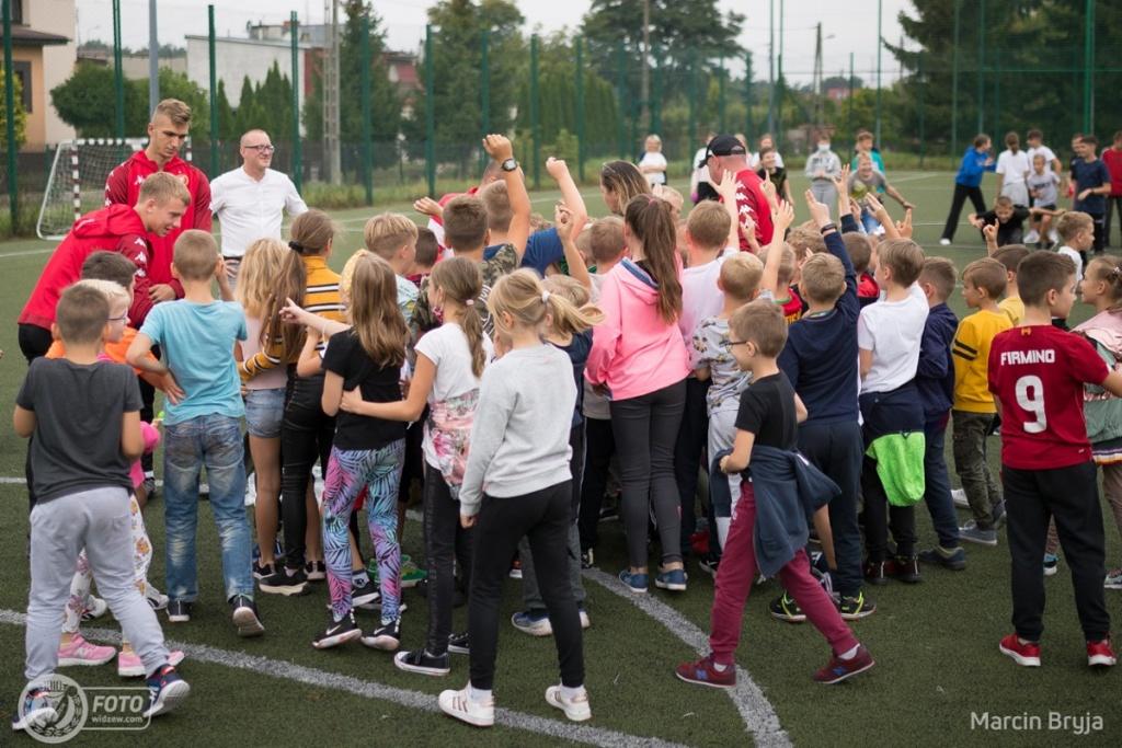 Widzew Łódź z wizytą w szkole podstawowej. Piłkarze łódzkiego klubu w Tomaszowie Mazowieckim  - Zdjęcie główne