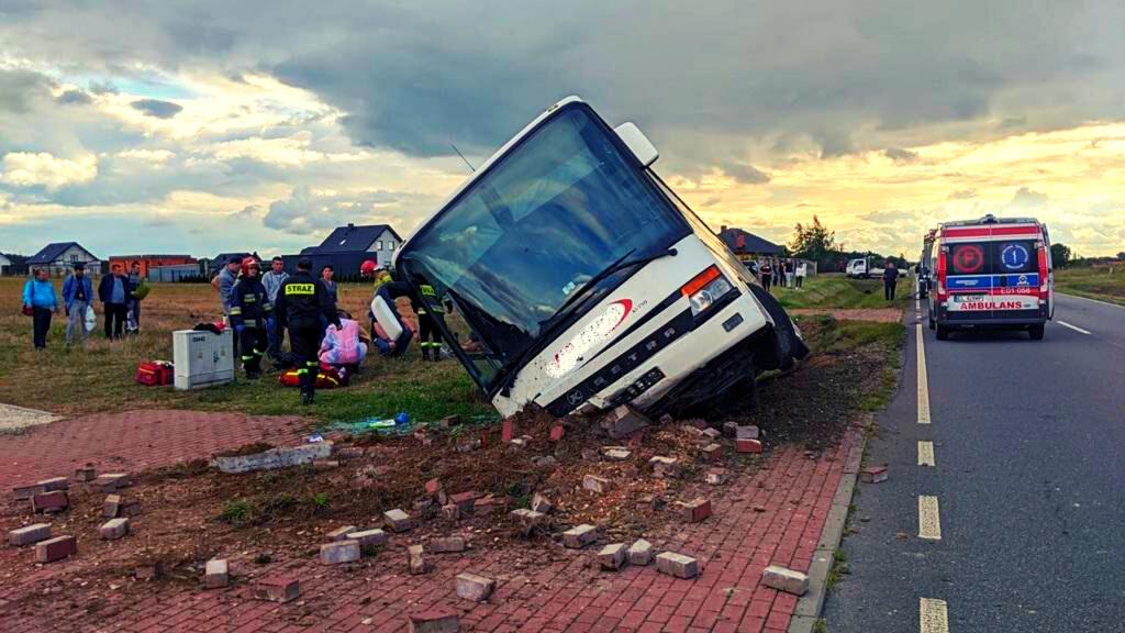 Groźny wypadek z udziałem autokaru. Przewoził 21 osób, 7 z nich w szpitalu [ZDJĘCIA] - Zdjęcie główne