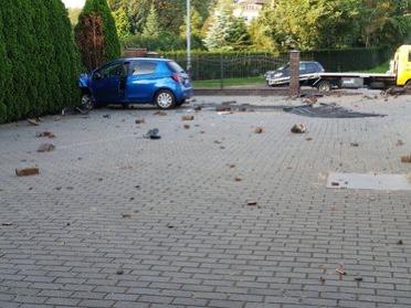 Poranna kraksa na Radogoszczu. Staranowany płot i kompletnie zniszczony samochód [zdjęcia] - Zdjęcie główne