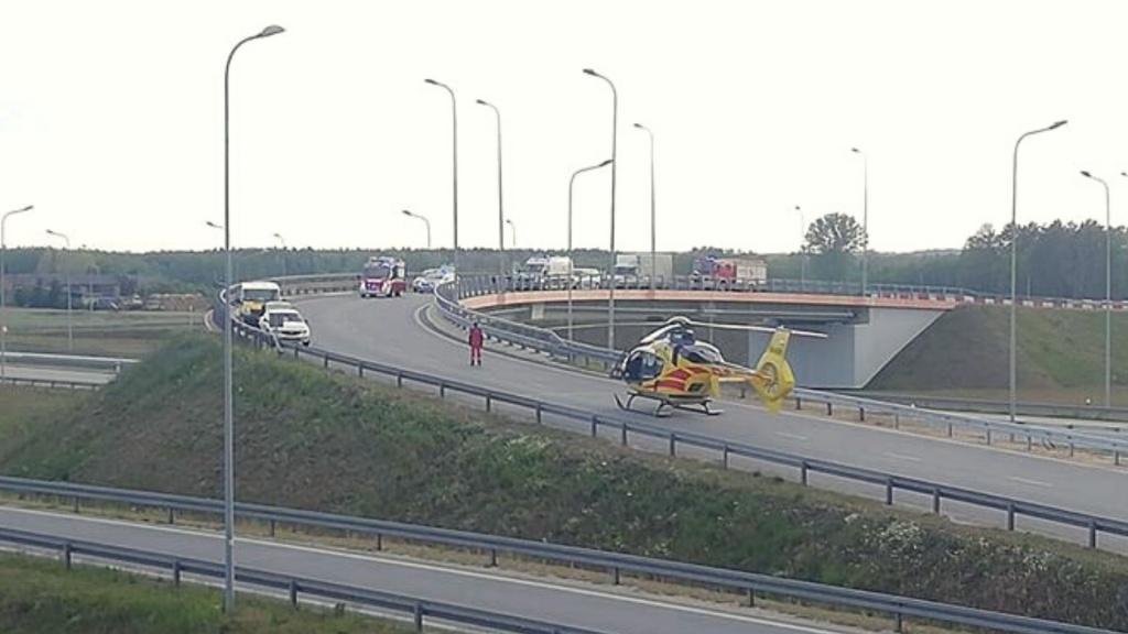 Motocyklista zderzył się z busem. Śmiertelny wypadek na zjeździe z S8 na autostradę A1 - Zdjęcie główne