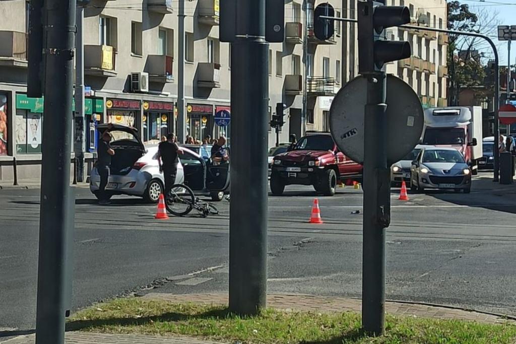 Łódź. Groźny wypadek z udziałem rowerzysty. Uwaga - zablokowane skrzyżowanie Kopcińskiego-Narutowicza - Zdjęcie główne