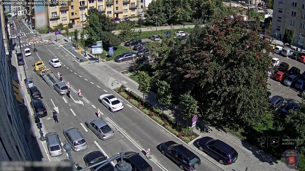 Dziki parking na ul. Sienkiewicza w Łodzi. Straż Miejska odholowała już ponad 50 samochodów! [zdjęcia] - Zdjęcie główne