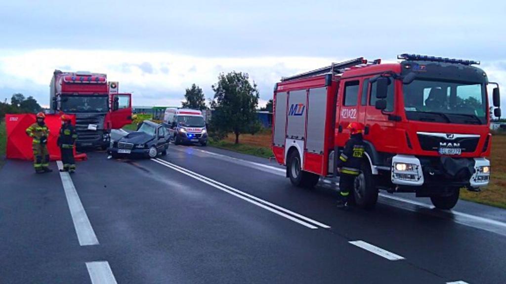 Czołowe zderzenie Mercedesa z TIR-em. Nie żyje 19-latka i 21-latek. Przeżył 10-letni chłopiec - Zdjęcie główne