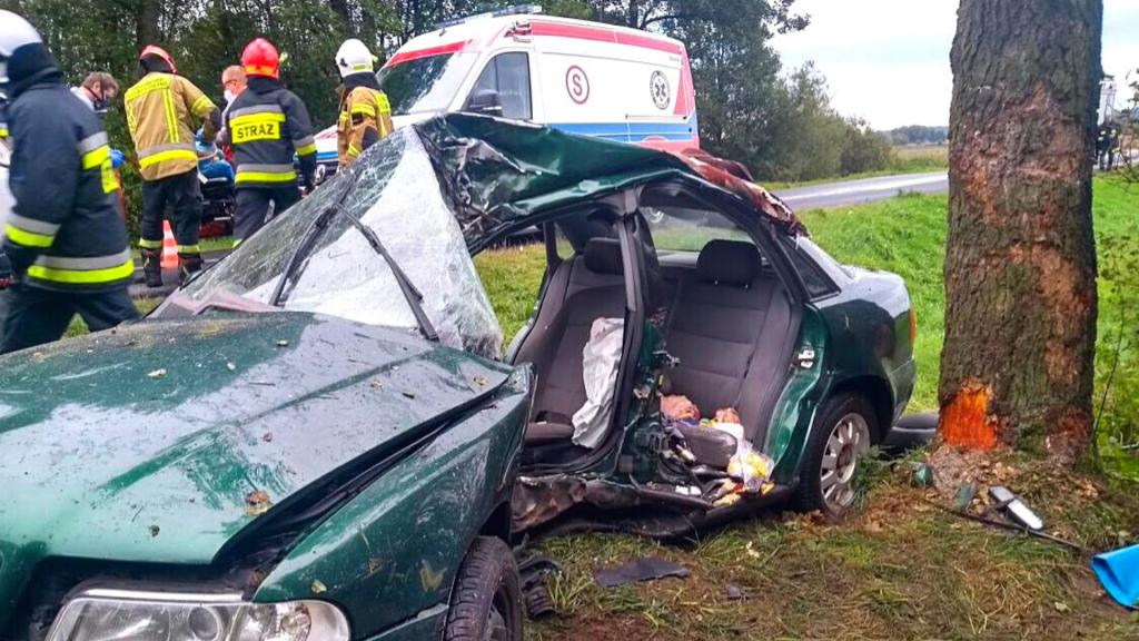 Stracił panowanie nad samochodem i wpadł na drzewo. Z Audi niewiele zostało [ZDJĘCIA] - Zdjęcie główne