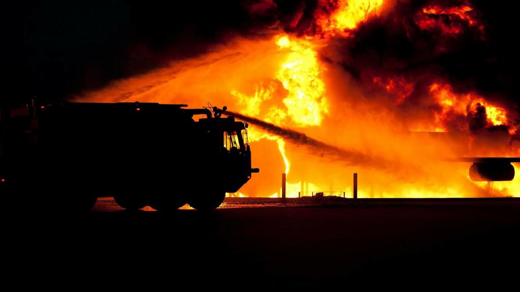 Właściciel składowiska odpadów w Kutnie, na którym wczoraj wybuchł pożar, musi je uprzątnąć - Zdjęcie główne