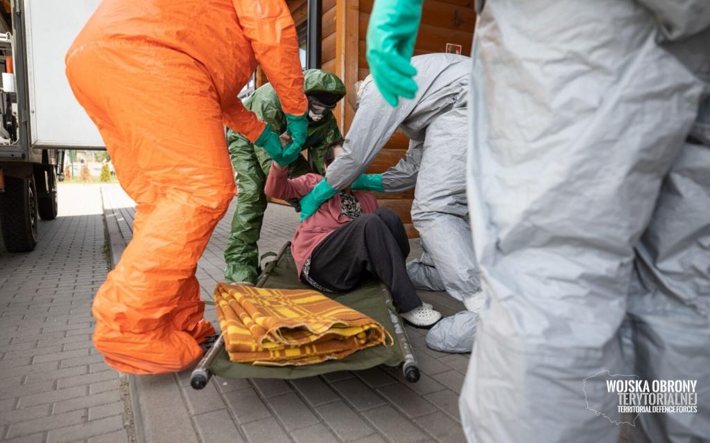Poruszające zdjęcia z ewakuacji Domu Pomocy Społecznej w Kleszczowie. Zobacz! [ZDJĘCIA] - Zdjęcie główne