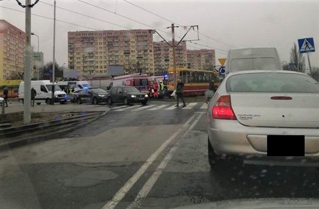 Utrudnienia dla kierowców i pasażerów: Auto osobowe zderzyło się z tramwajem na rondzie Insurekcji Kościuszkowskiej - Zdjęcie główne