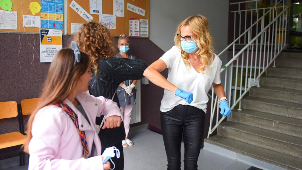Blisko 62 tys. uczniów rozpoczęło w Łodzi nowy rok szkolny. Jest bezpiecznie? Relacja z kilku placówek - Zdjęcie główne