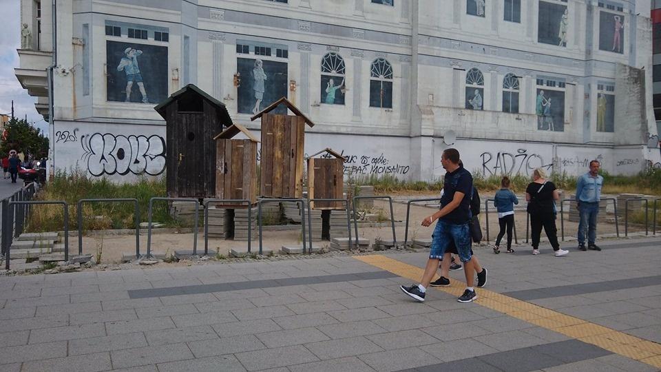 Kolejne sławojki straszą łodzian i turystów na rogu Piotrkowskiej i Piłsudskiego - Zdjęcie główne